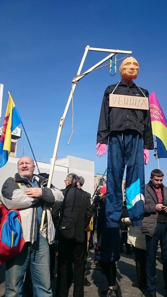 У Києві повісили на шибениці опудало Путіна (ФОТО) - фото 1