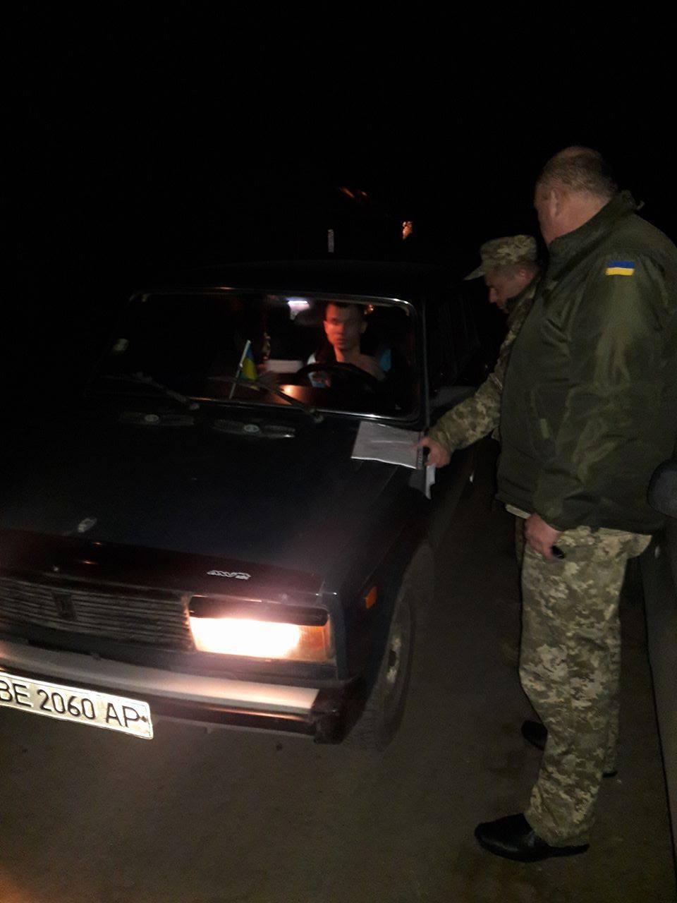 """Продавцям """"бухла"""" біля Широколанівського полігону виписали повістки в армію - фото 1"""