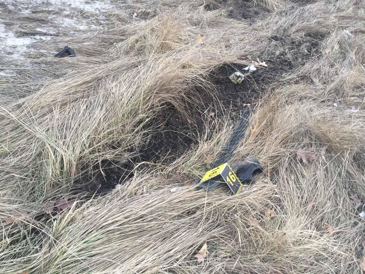 У Києві Lexus зніс зупинку: пішохід загинув на місці (ФОТО 18+) - фото 1