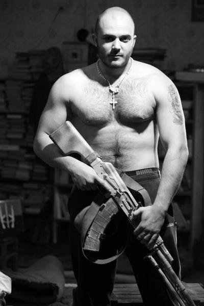 Голий торс та гвинтівка - як бійці на передовій знімались у фотосесії - фото 3