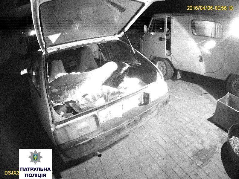 У Миколаєві затримали рибалку із повним багажником креветок та бичків