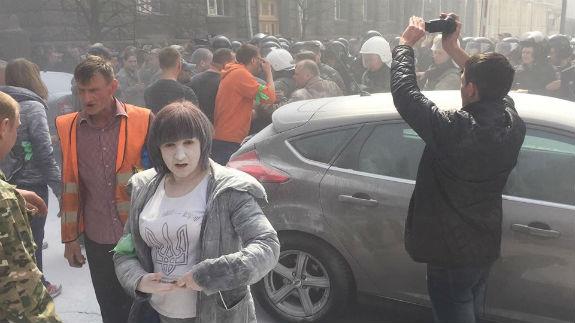 Під АП у Києві почалися сутички та горять шини - фото 2