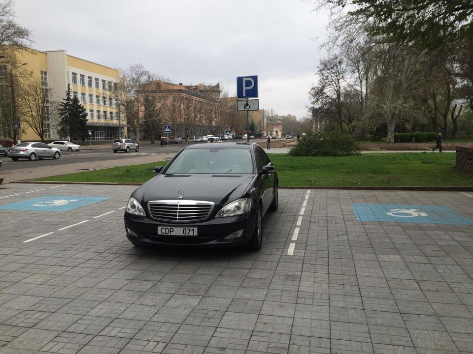 У Миколаєві дипломати з Таджикістану припаркувались на місцях для інвалідів - фото 2