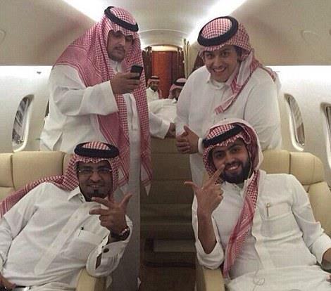 Плейбой із Саудівської Аравії привіз до Лондона чотири золотих авто  - фото 3