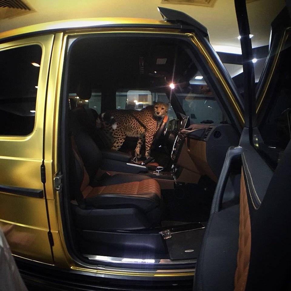 Плейбой із Саудівської Аравії привіз до Лондона чотири золотих авто  - фото 2