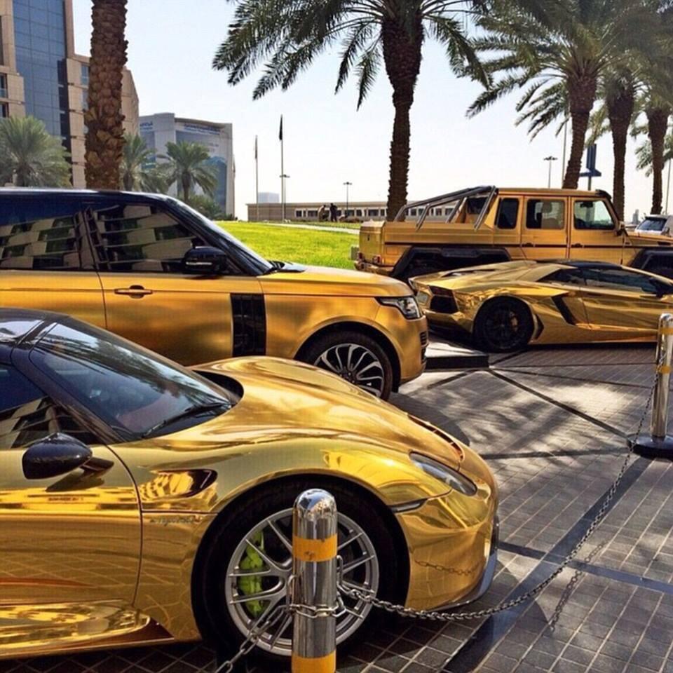 Плейбой із Саудівської Аравії привіз до Лондона чотири золотих авто  - фото 1