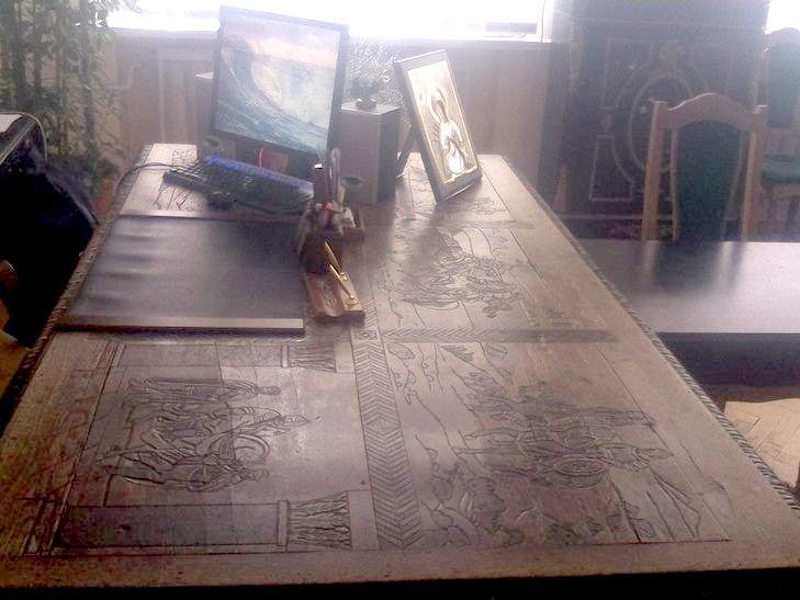 """У Вінниці розберуть стіну музею, щоб винести з кабінету директорки """"стіл Петлюри"""" - фото 1"""