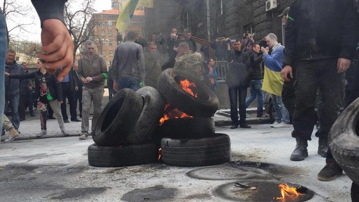Як під Адміністрацією президента шини палають - фото 8