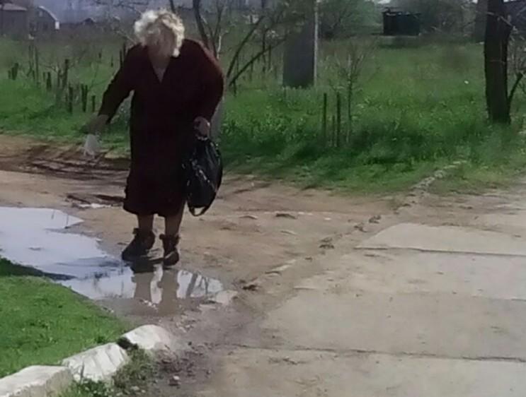 У Миколаєві жінку-бруднулю змусили піднімати пакет, що вона викинула у калюжу