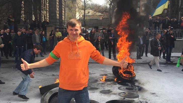 Як під Адміністрацією президента шини палають - фото 6