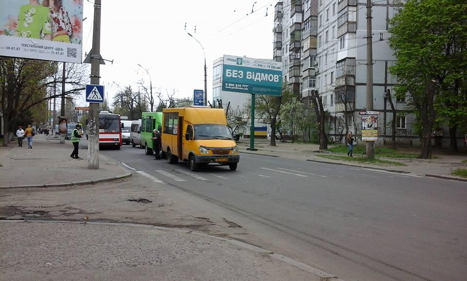 У Миколаєві жінка спровокувала зіткнення двох маршруток - фото 1