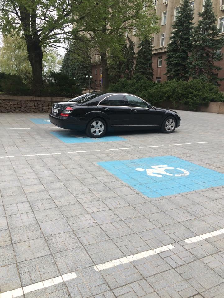 У Миколаєві дипломати з Таджикістану припаркувались на місцях для інвалідів - фото 1