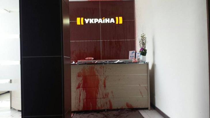 """Приймальну телеканалу Ахметова залили кров'ю за серіал про """"Л/ДНР"""" - фото 1"""
