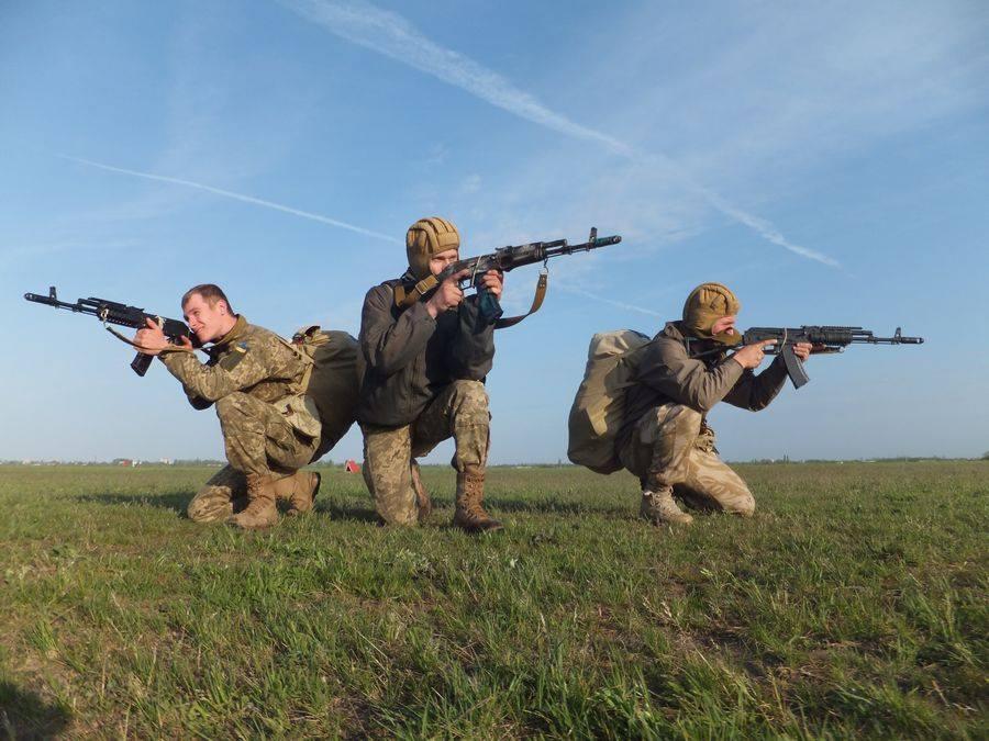 """Миколаївська 79-ка відпрацювала стрибки з парашютом та зброєю на """"5 з мінусом"""""""
