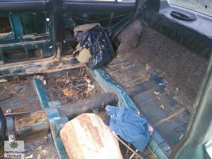 У Івано-Франківську поліція затримала п'яного водія за кермом дерев'яної колоди - фото 3