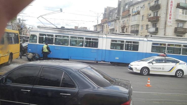 На Коцюбинського трамвай перекрив рух транспорту - фото 1