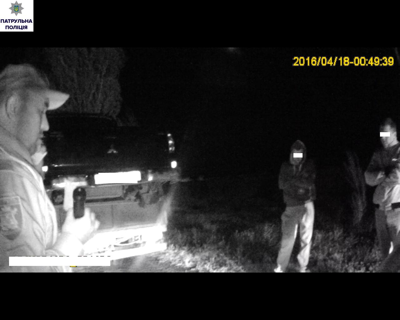 У Миколаєві патрульні впіймали вантажівку, яка перевозила підозрілу іномарку - фото 2