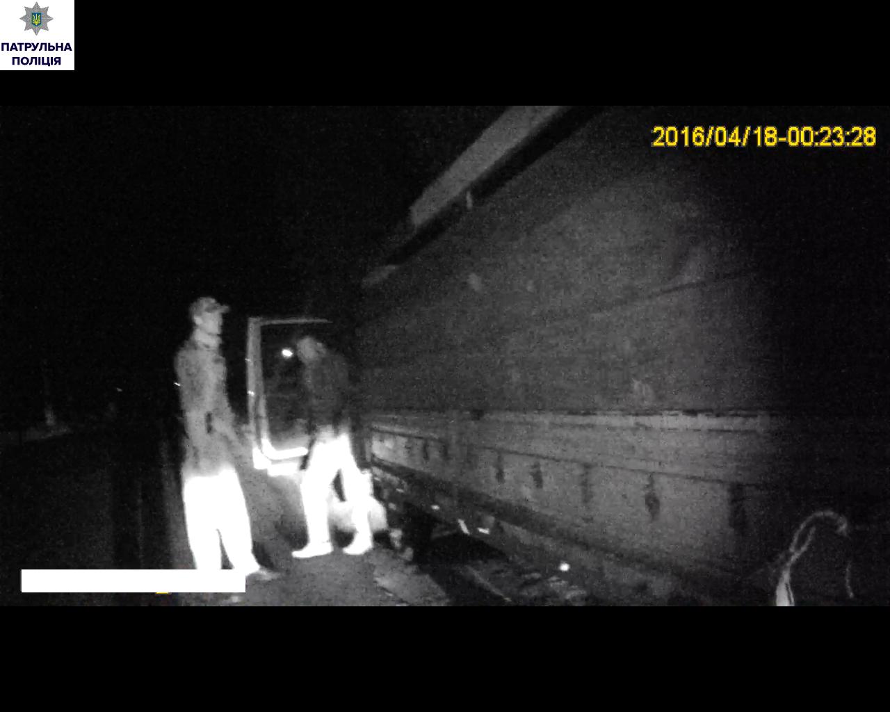У Миколаєві патрульні впіймали вантажівку, яка перевозила підозрілу іномарку - фото 1