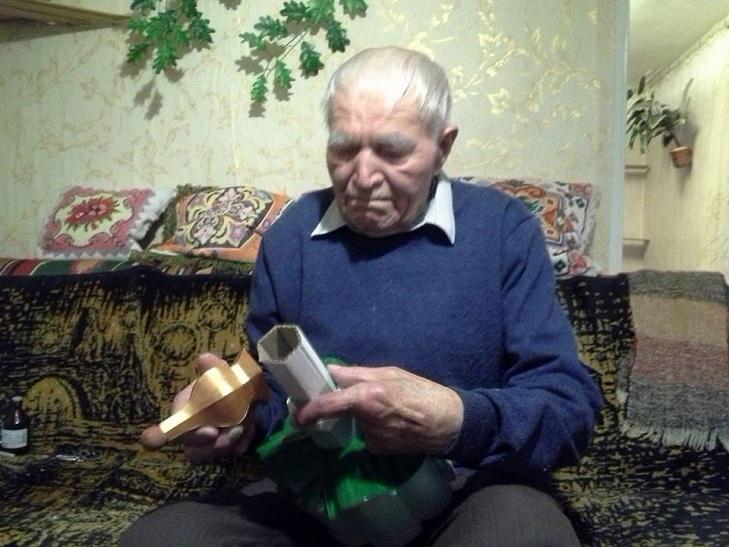 Пляшки. коробки, храми. Як 91-річний дідусь роздає віру у перемогу - фото 9