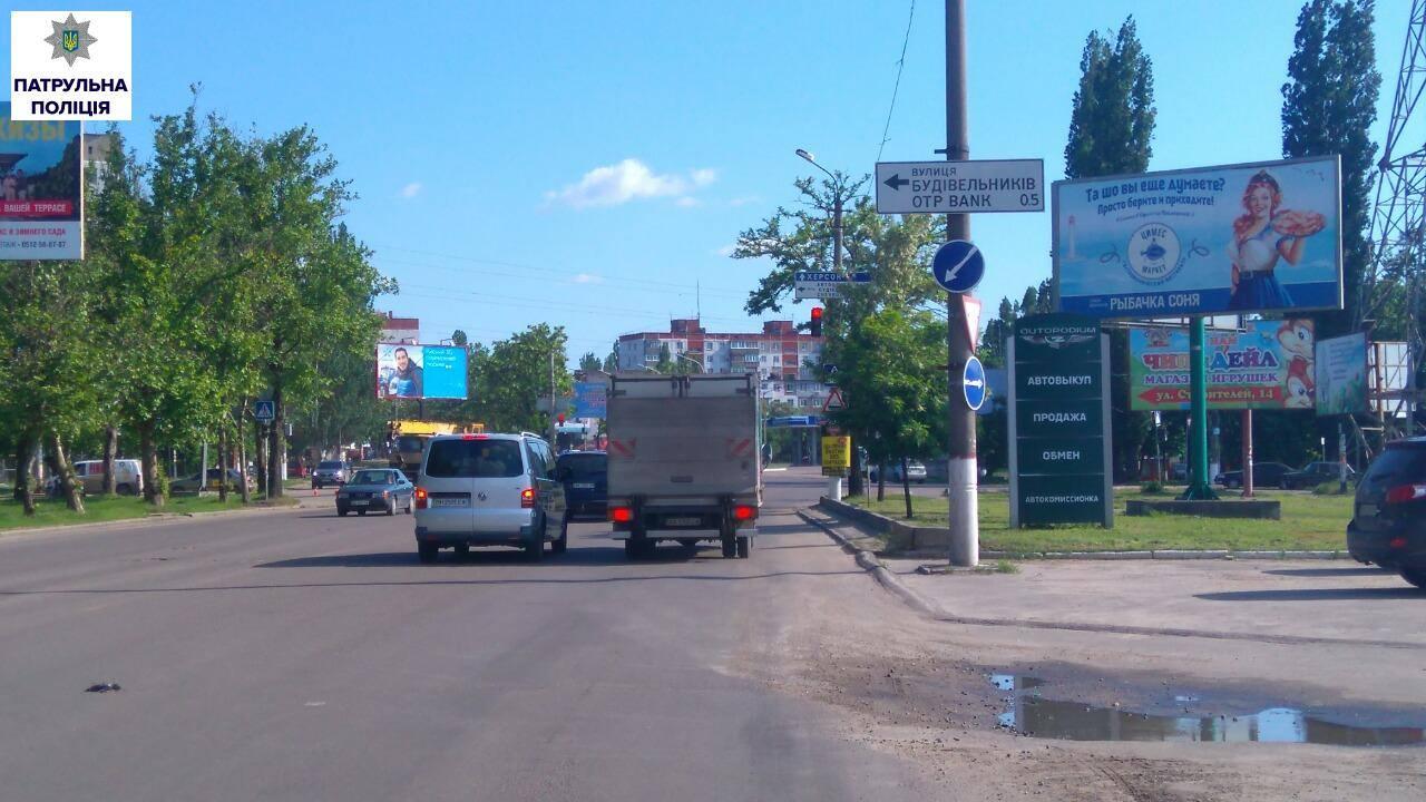 У Миколаєві гілля дерев перекриває дорожні знаки
