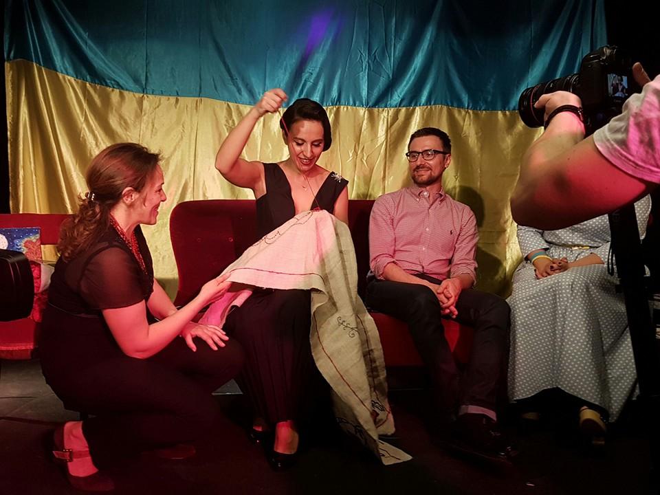 Як Джамала в образі Діти Фон Тіз зустрічалася з українцями у Стокгольмі - фото 1