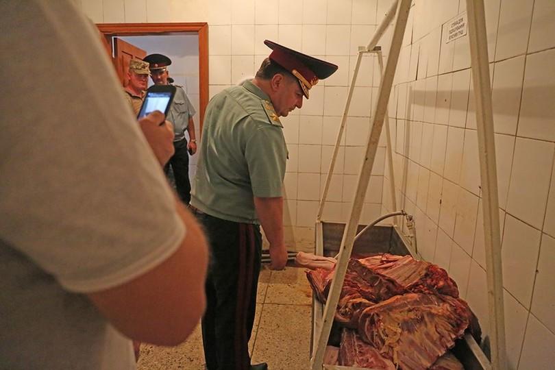 Бруд та цвіль: Полторак відвідав солдатські їдальні на Одещині (ФОТО) - фото 4