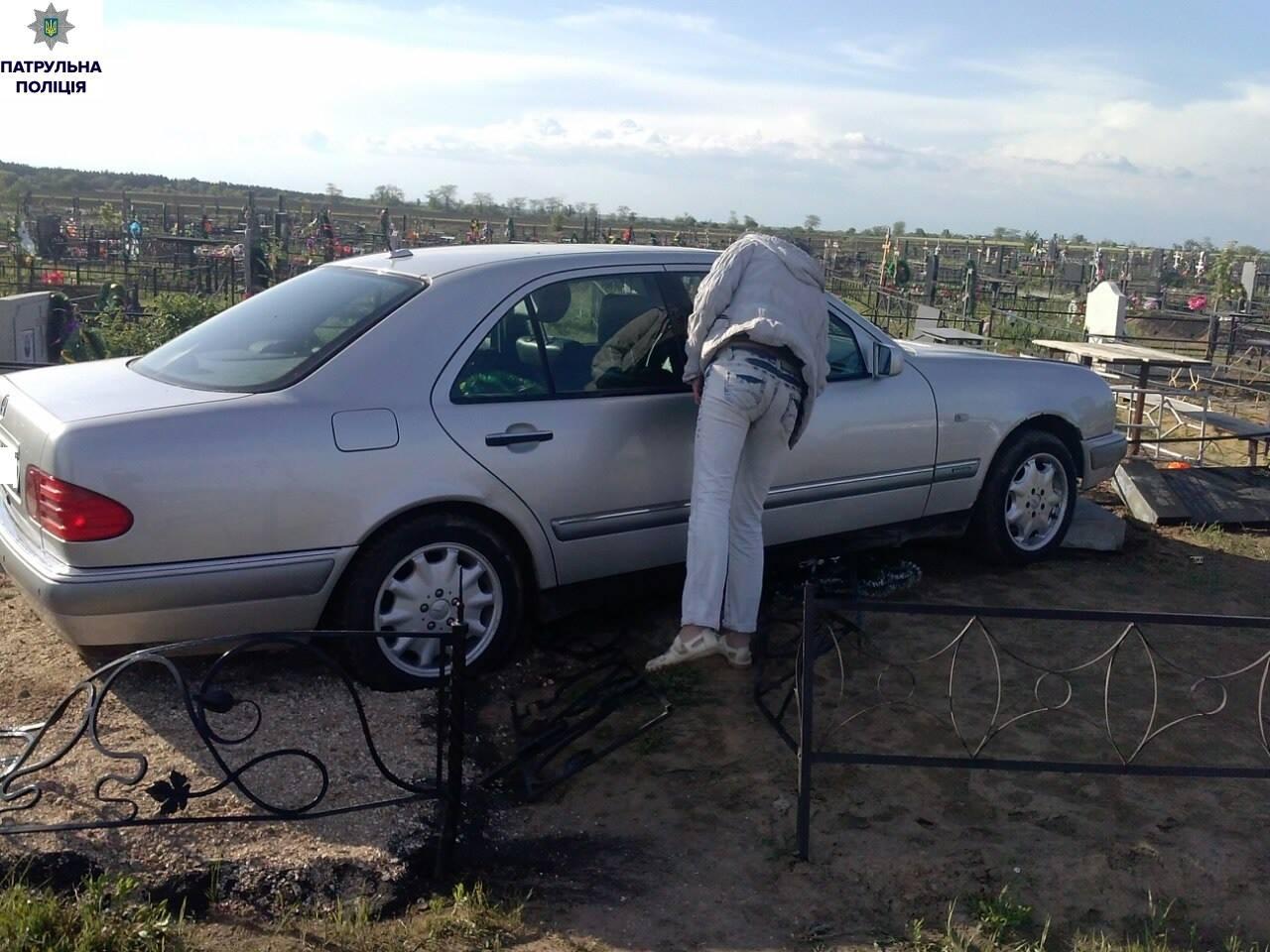 У Миколаєві п'яна жінка знесла надгробну плиту