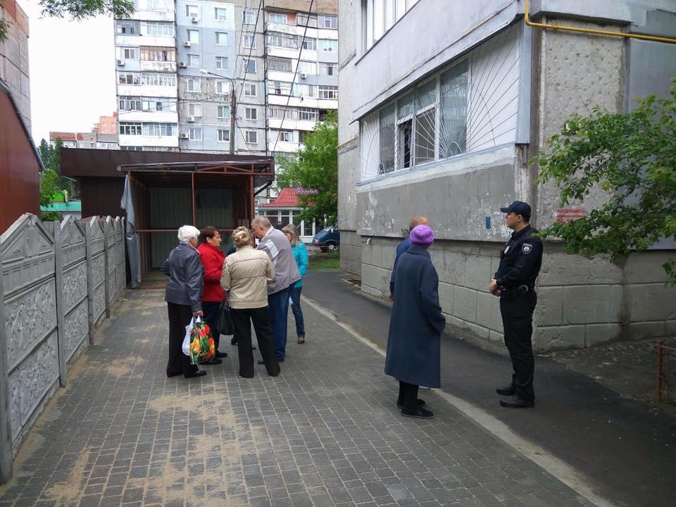 """Миколаївців демонтували будки, що """"виросли"""" під вікнами"""