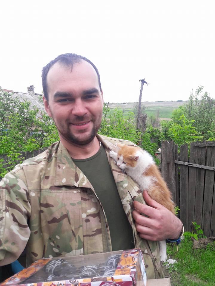 Миколаївські волонтери похизувались фото фронтових котів та собак в зоні АТО - фото 9