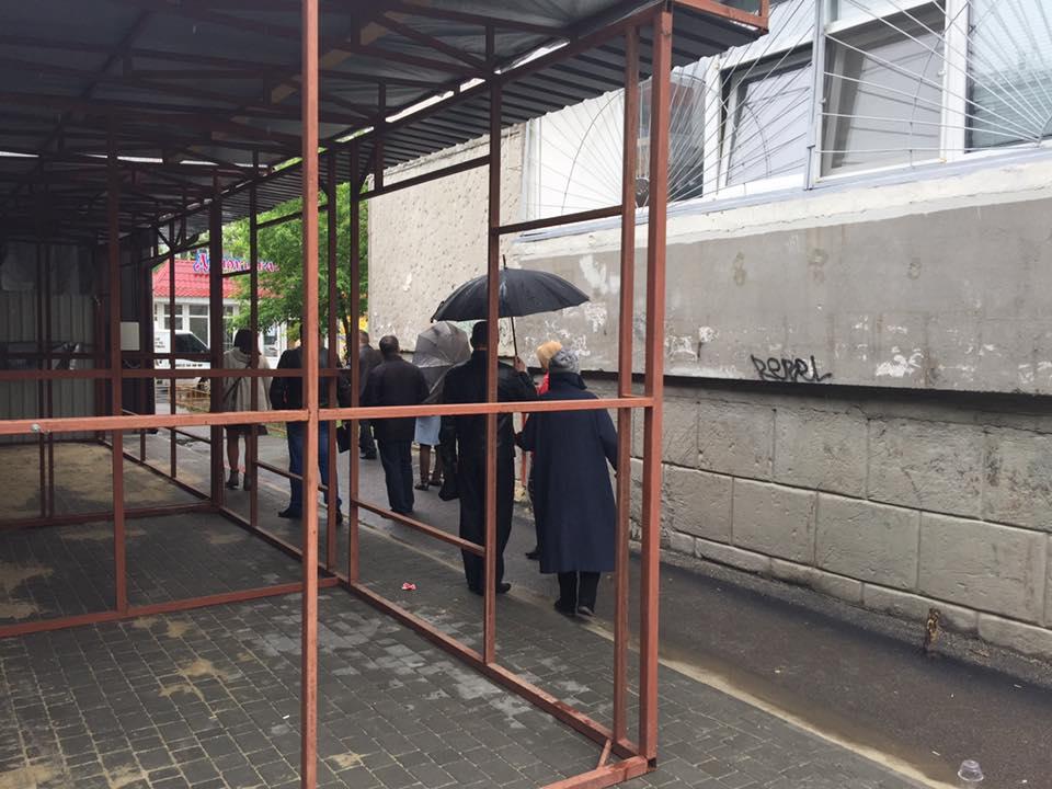 """У Миколаєві посеред ночі під будинком змонтували конструкції для """"будок"""""""