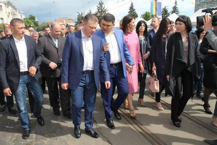 """Вінничани влаштували фото-""""флешмоб"""" з Гройсманом - фото 10"""