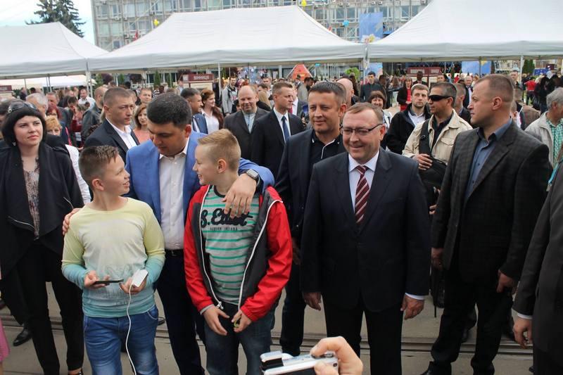 """Вінничани влаштували фото-""""флешмоб"""" з Гройсманом - фото 9"""