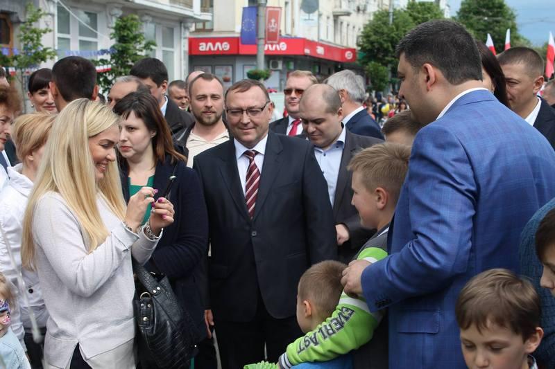 """Вінничани влаштували фото-""""флешмоб"""" з Гройсманом - фото 8"""
