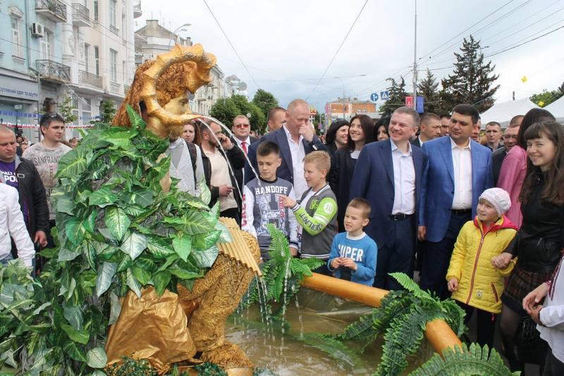 """Вінничани влаштували фото-""""флешмоб"""" з Гройсманом - фото 6"""