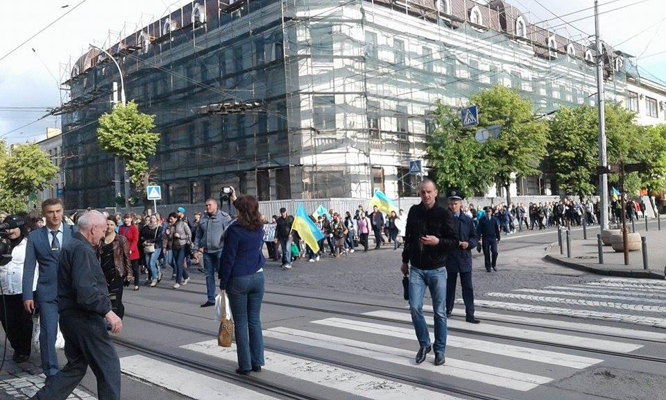 У Вінниці пройшла мирна хода проти оптимізації шкіл - фото 1