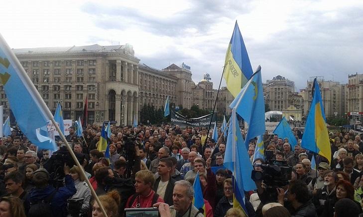 Як у Києві на Майдані вшановують пам'ять депортованих кримських татар - фото 1