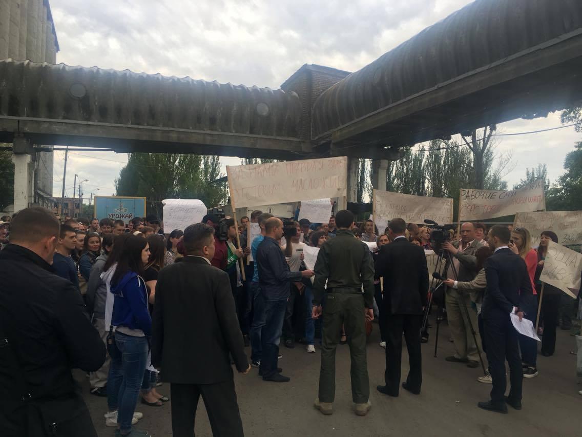 Працівники Слов'янського маслоекстракційного заводу вийшли на мітинг проти дій рейдерів - фото 3
