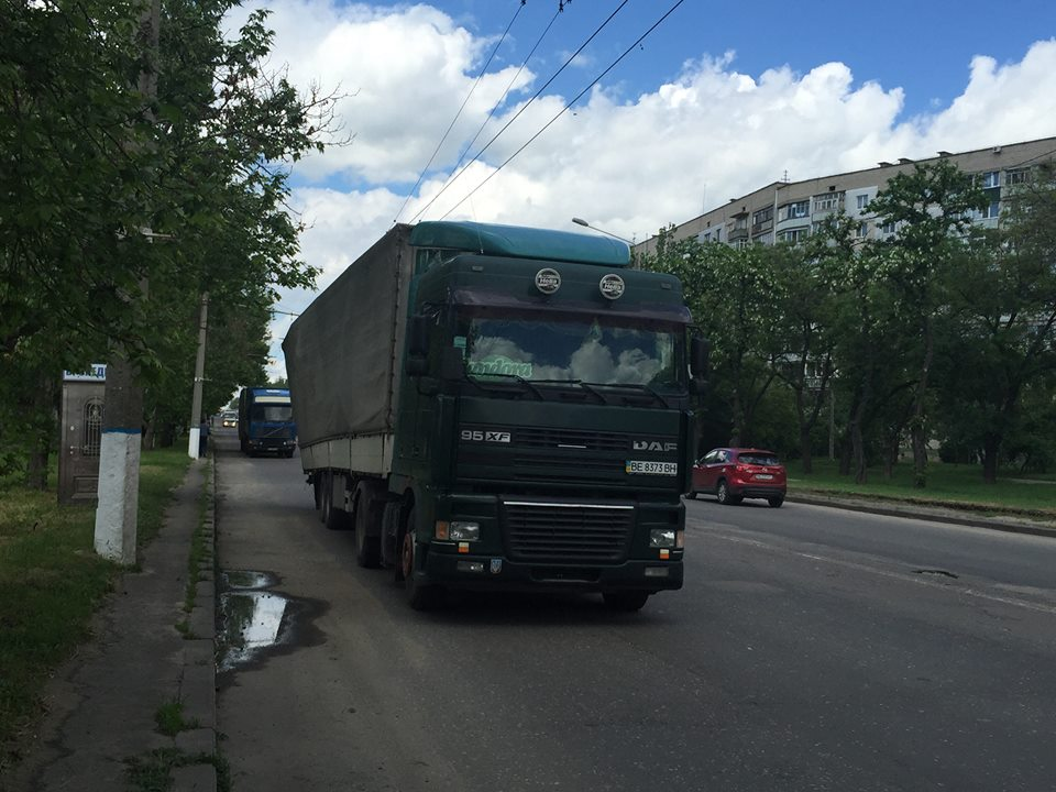 У Миколаєві фуру скорчило від перевантаження - фото 1