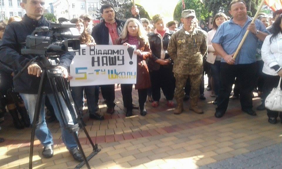 У Вінниці пройшла мирна хода проти оптимізації шкіл - фото 3