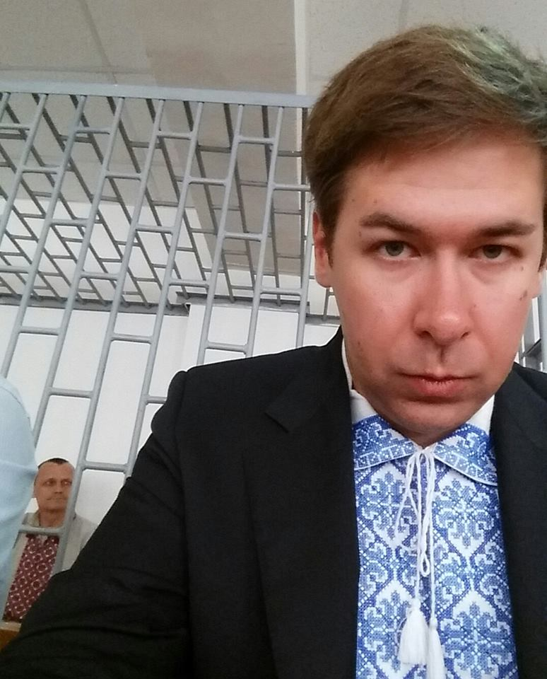 Адвокат Новіков прийшов на суд у справі Килиха та Карпюка у вишиванці - фото 1
