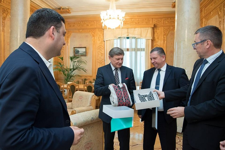 Гройсман подарував вишиванки радникам-іноземцям Бальцеровичу і Міклошу - фото 1
