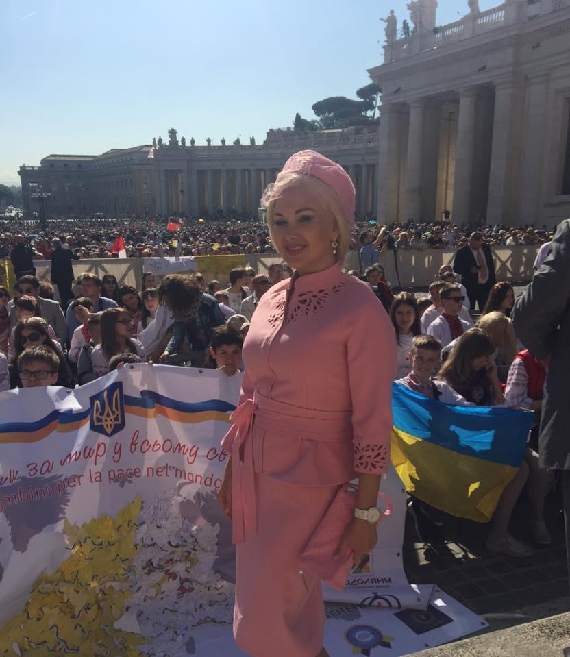 Як Бужинська вся у рожевому возила дітей з Донбасу до Папи Римського - фото 1