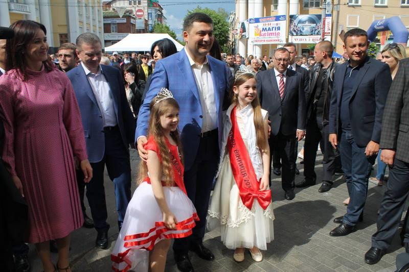 """Вінничани влаштували фото-""""флешмоб"""" з Гройсманом - фото 4"""