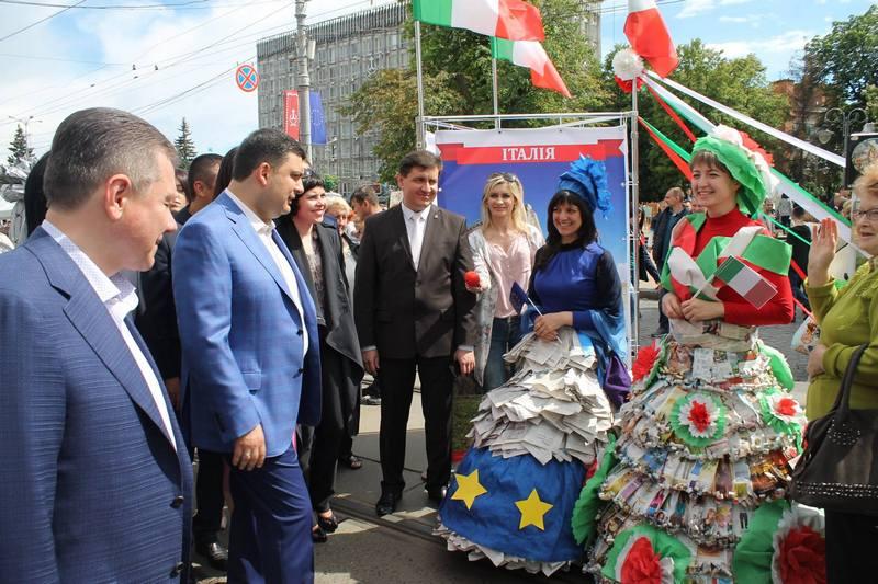 """Вінничани влаштували фото-""""флешмоб"""" з Гройсманом - фото 1"""