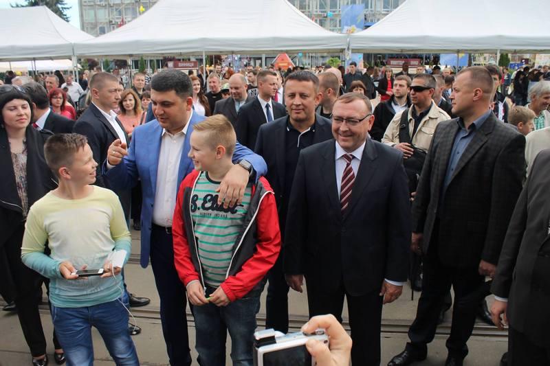 """Вінничани влаштували фото-""""флешмоб"""" з Гройсманом - фото 3"""
