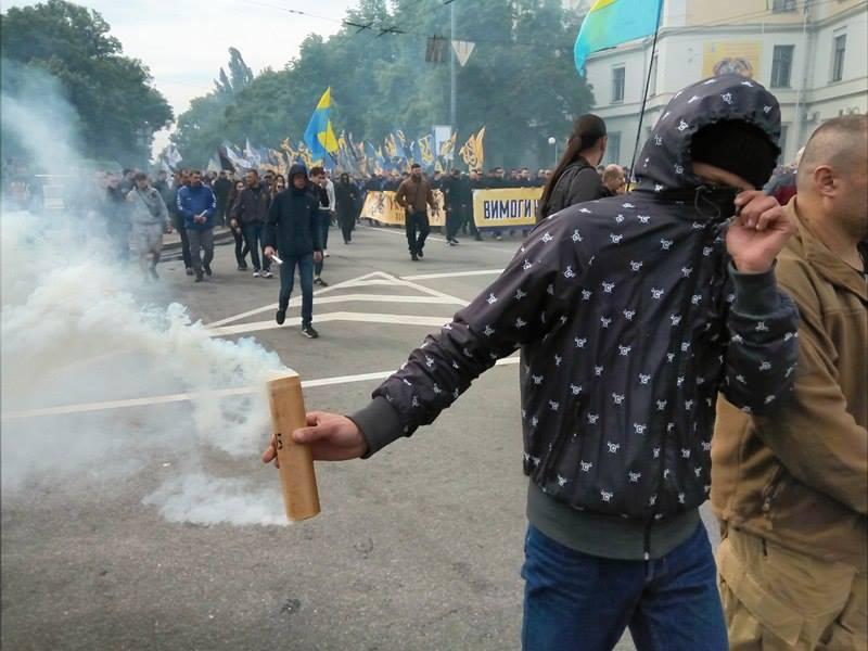 """У Києві тисячі """"азовців"""" рушили до Ради. Запалали шини (ХРОНІКА) - фото 2"""