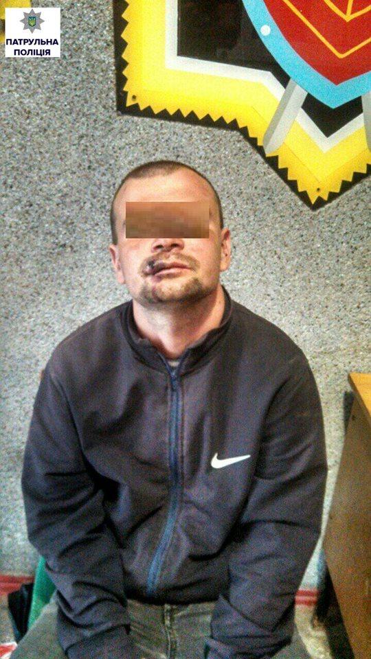 У центрі Миколаєва троє чоловіків пограбували 12-річну дівчинку