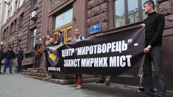 """Як захисники """"Миротворця"""" вимагають звільнити Попову - фото 1"""