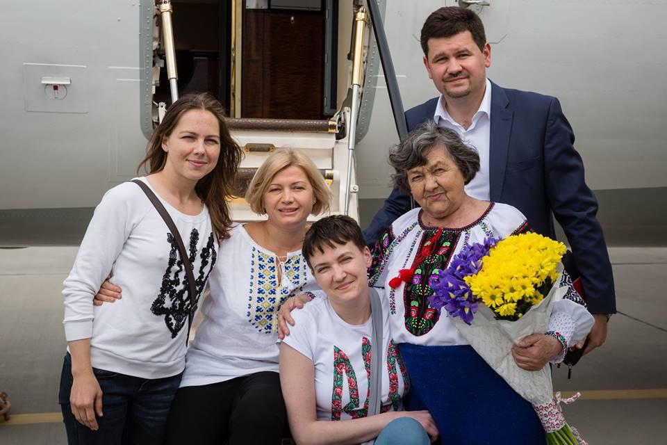 Як під час холодної війни: в Порошенка розповіли, як везли Надію Савченко - фото 1