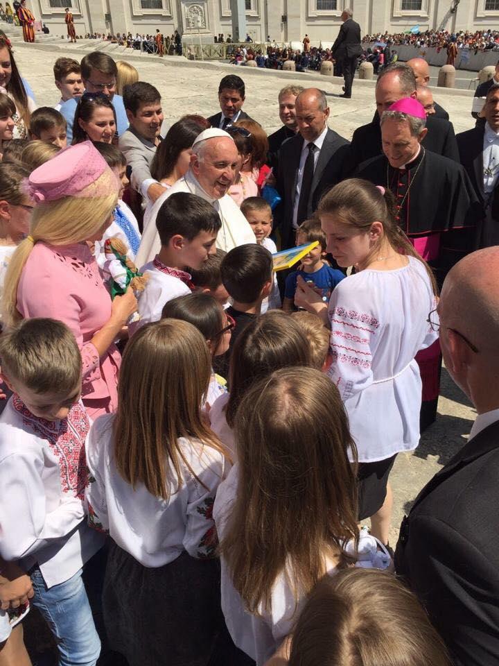 Як Бужинська вся у рожевому возила дітей з Донбасу до Папи Римського - фото 3